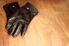Par av handskar ombord Arkivfoton