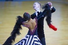 Par av Ivan Prahov och Ekaterina Sackevich Performs Junior-2 det standarda programmet Arkivbilder