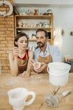 Par av keramiker som tillsammans gör deras favorit- aktivitet fotografering för bildbyråer