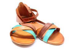 Par av kvinnliga sandaler på vit bakgrund Arkivfoton