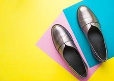 Par av kvinnliga skor på gul bakgrund fotografering för bildbyråer