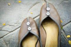 Par av läderkvinnaskon på det svarta tegelplattagolvet Royaltyfria Foton