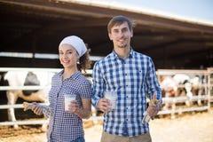 Par av lantgårdwarkers som poserar på ladugården Fotografering för Bildbyråer