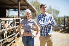 Par av lantgårdwarkers som poserar på ladugården Royaltyfria Foton