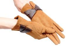 Par av lädermockaskinnhandskar för kvinna Vit bakgrund Arkivfoto