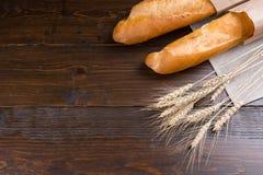 Par av loaves för franskt bröd och vetestjälk Royaltyfri Bild