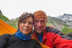 Par av lyckliga lycksökare som tar selfie i bergen Royaltyfri Bild