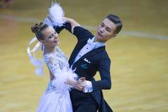 Par av Maksim Shkuta och Sophia Gip Performs Junior-2 det standarda programmet Royaltyfria Bilder