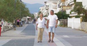Par av mannen och kvinnan som går ner gatan