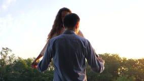 Par av mannen och kvinnan som kysser i höststad, parkerar Det stilfulla paret eller studenter i affär beklär lyckligt att vara ti lager videofilmer