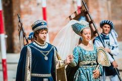 Par av medeltida adelsmannar ståtar på Royaltyfria Bilder