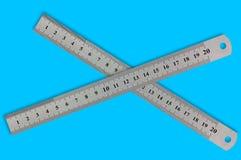 Par av metallriktlinjaler med siffror och skalan arkivfoton