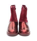 Par av moderiktiga bronzfärgade skor för dam på vit Royaltyfri Fotografi