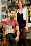 Par av musiker med gitarren på musiklagret Arkivfoton