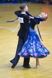 Par av Nikita Buel och Veronika Guzevich Performs Junior-2 det standarda programmet Arkivfoto