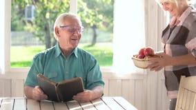 Par av pensionärer och boken stock video