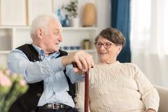 Par av pensionärsamtal arkivfoton