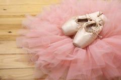 Par av pointes för balettskor på trägolv Fotografering för Bildbyråer