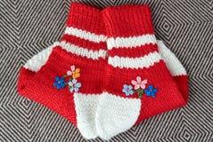 Par av röd ull   stack sockor Royaltyfri Bild