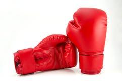 Par av röda läderboxninghandskar på vit Fotografering för Bildbyråer
