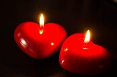 Par av röda stearinljus i mörkret Royaltyfria Foton