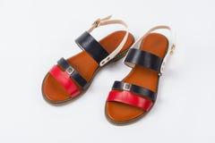 Par av sandaler för ` s för trendiga kvinnor på vit bakgrund Royaltyfri Foto