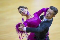 Par av Savastian Zolotov och Irina Komar Performs Junior-2 det standarda programmet Royaltyfri Foto