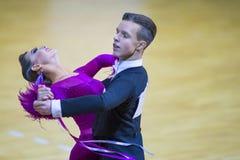 Par av Savastian Zolotov och Irina Komar Performs Junior-2 det standarda programmet på WDSF-medborgaremästerskap Royaltyfria Bilder