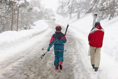 Par av skidåkare på en snöig bana den kiting floden skidar snöig sportvinter Arkivbild