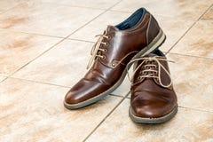 Par av skor för ` s för modebruntmän med shoestringen Royaltyfri Foto