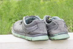 Par av skor i bakgrund för bakre sikt och gräsplan Royaltyfri Foto