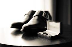 Par av skor och manschettknappar Fotografering för Bildbyråer