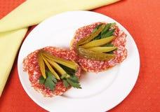 Par av smörgåsar med salami på en platta Royaltyfri Fotografi