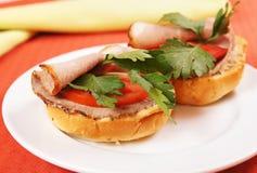 Par av smörgåsar med skinka och nya tomater Royaltyfri Bild