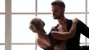 Par av sportiga balettdansörer som dansar i studio stock video