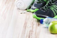 Par av sportskor och konditiontillbehör Royaltyfria Bilder