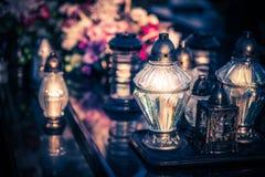 Par av stearinljus på grav under all Sankt dag för ` s i Polen Royaltyfri Fotografi