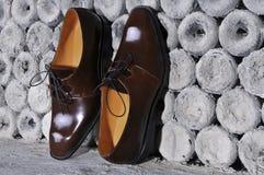 Par av stilfulla handgjorda bruna läderskor royaltyfri bild