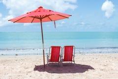 Par av stolar och ett paraply Royaltyfri Fotografi