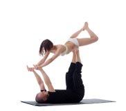 Par av sunda yogainstruktörer som öva i studio Royaltyfri Bild