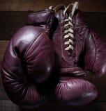 Par av tappningboxninghandskar på brun träbakgrund royaltyfri foto