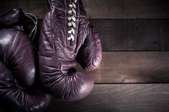 Par av tappningboxninghandskar p? brun tr?bakgrund royaltyfria foton