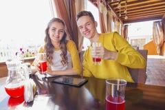Par av tonåringar i ett sommarkafé royaltyfria foton
