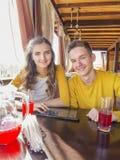 Par av tonåringar i ett sommarkafé fotografering för bildbyråer