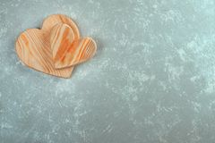 Par av trähjärtor på en abstrakt bakgrund Valentin` s D Royaltyfri Foto
