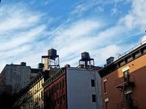 Par av trävattentorn på gamla Manhattan hyreshusar royaltyfria foton