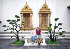 Par av turisten i Wat Pho royaltyfri bild
