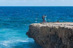 Par av turisten som tar som är selfy på klippan royaltyfria bilder