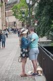 Par av turisten som tar en selfy bild på bron i den lilla Venise fjärdedelen i Colmar Royaltyfria Bilder