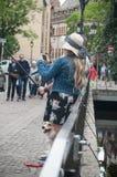 Par av turisten som tar en selfy bild på bron i den lilla Venise fjärdedelen i Colmar Fotografering för Bildbyråer